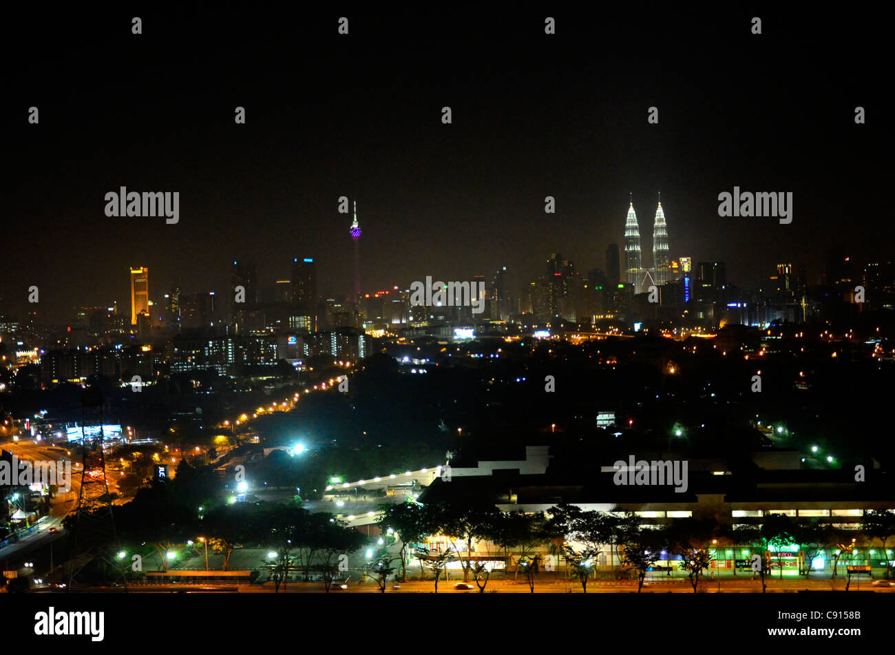 Night scene of the Petronas Twin Towers, Kuala Lumpur, Malaysia - Stock Image