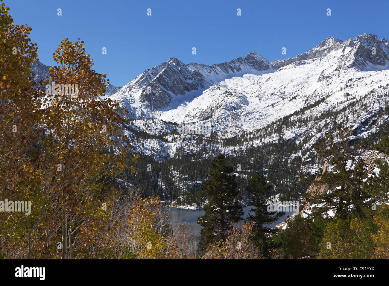 Early autumn snow in Sierra Nevada mountains, California - Stock Image