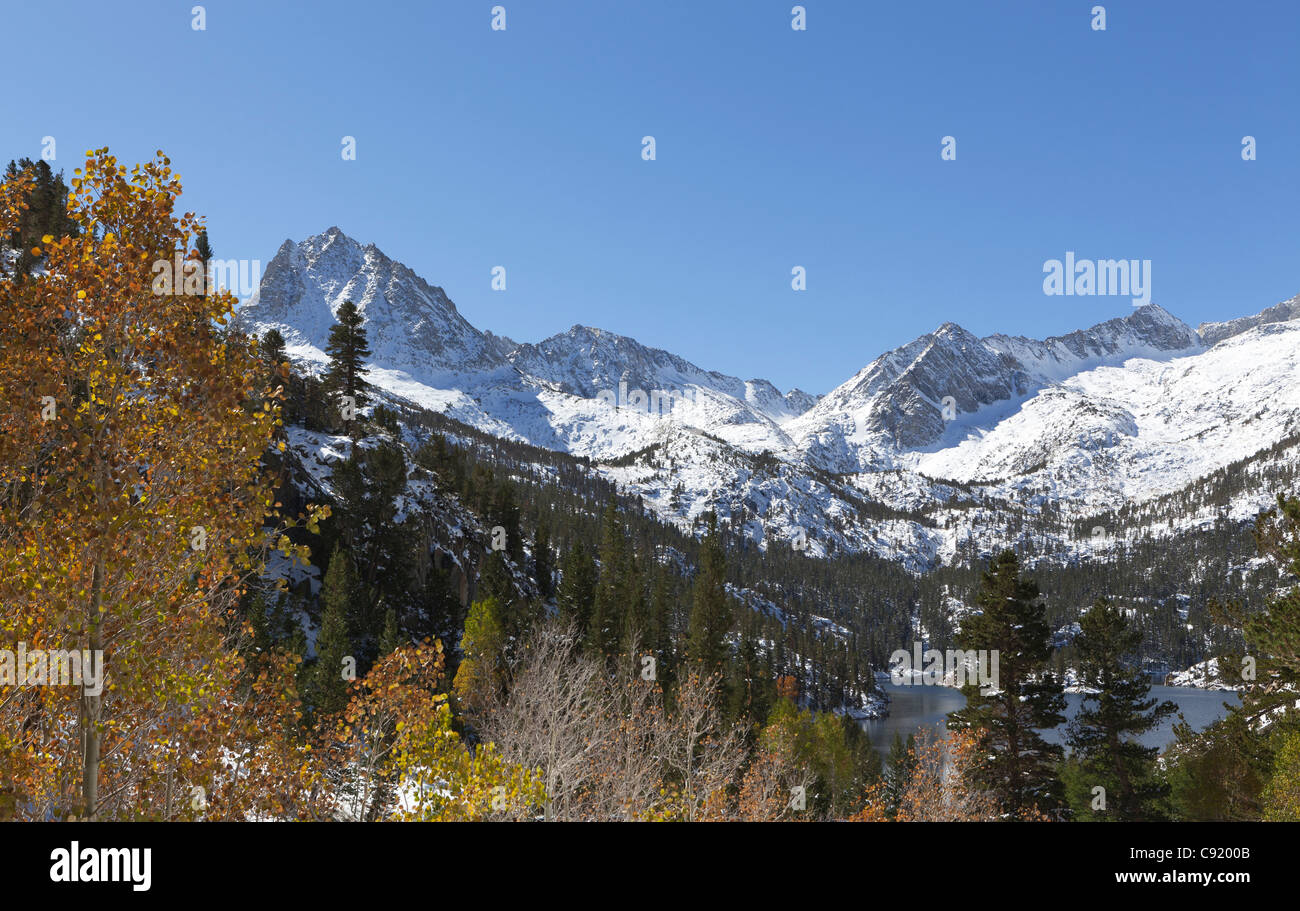Early autumn snow in California mountains - Stock Image
