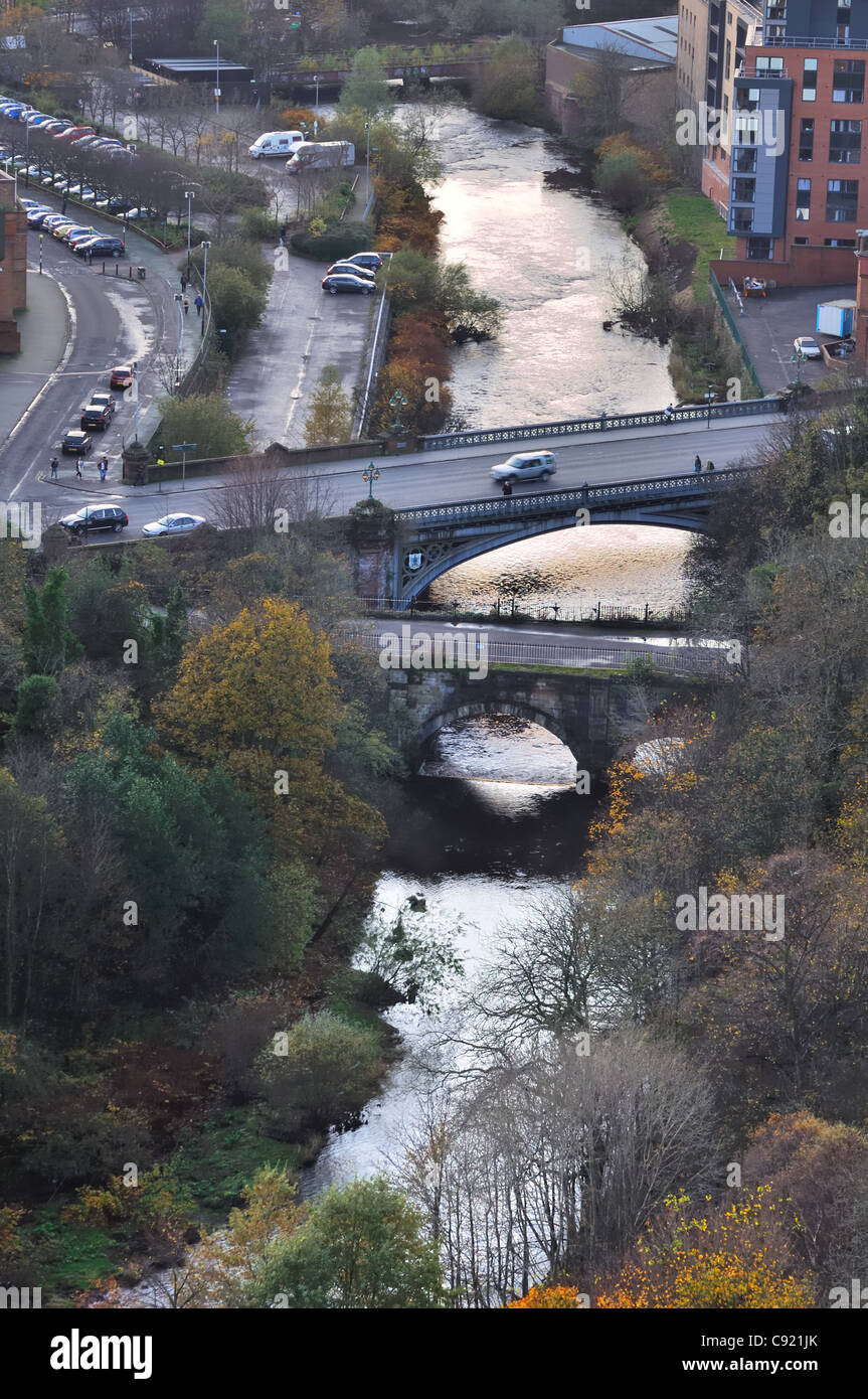 The River Kelvin, Glasgow, Scotland, UK, with old and new bridge passing over. - Stock Image