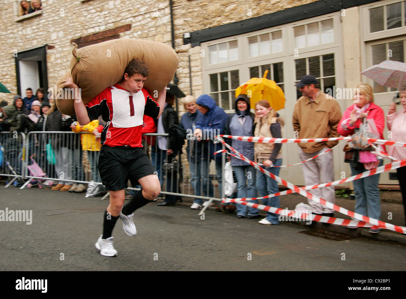 The quirky annual Tetbury Woolsack Races, held on Gumstool Hill in Tetbury in Gloucestershire, England - Stock Image