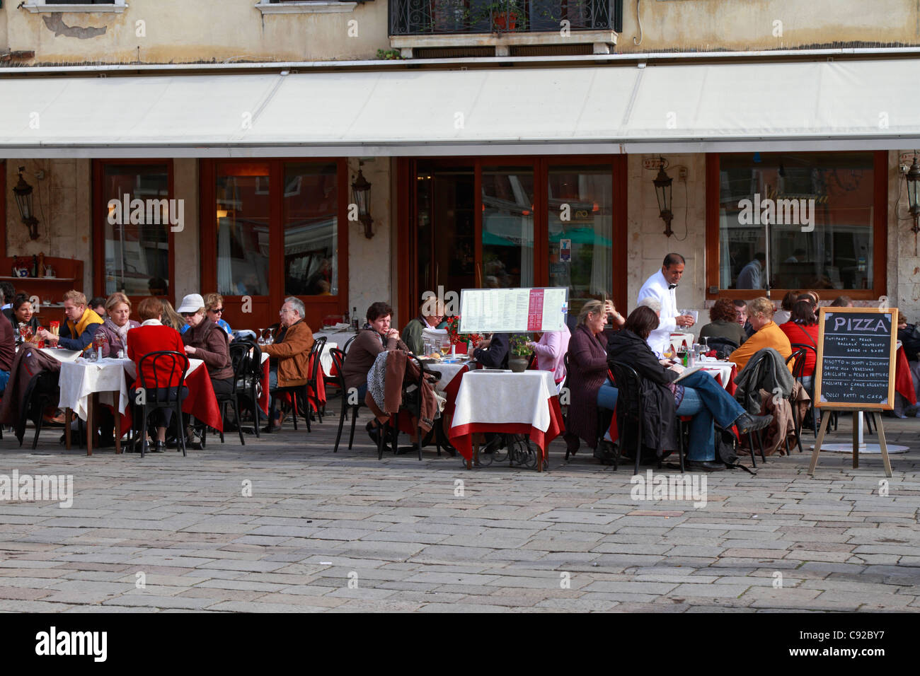 Diners at a piazza restaurant, Venice, Italy, Europe. - Stock Image