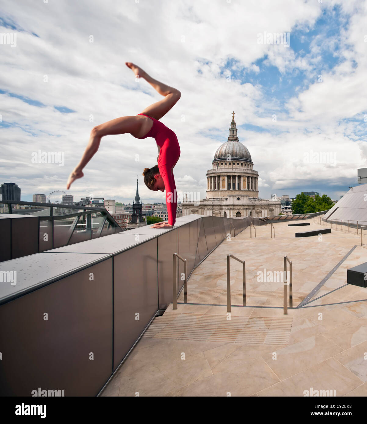 Gymnast on urban rooftop - Stock Image
