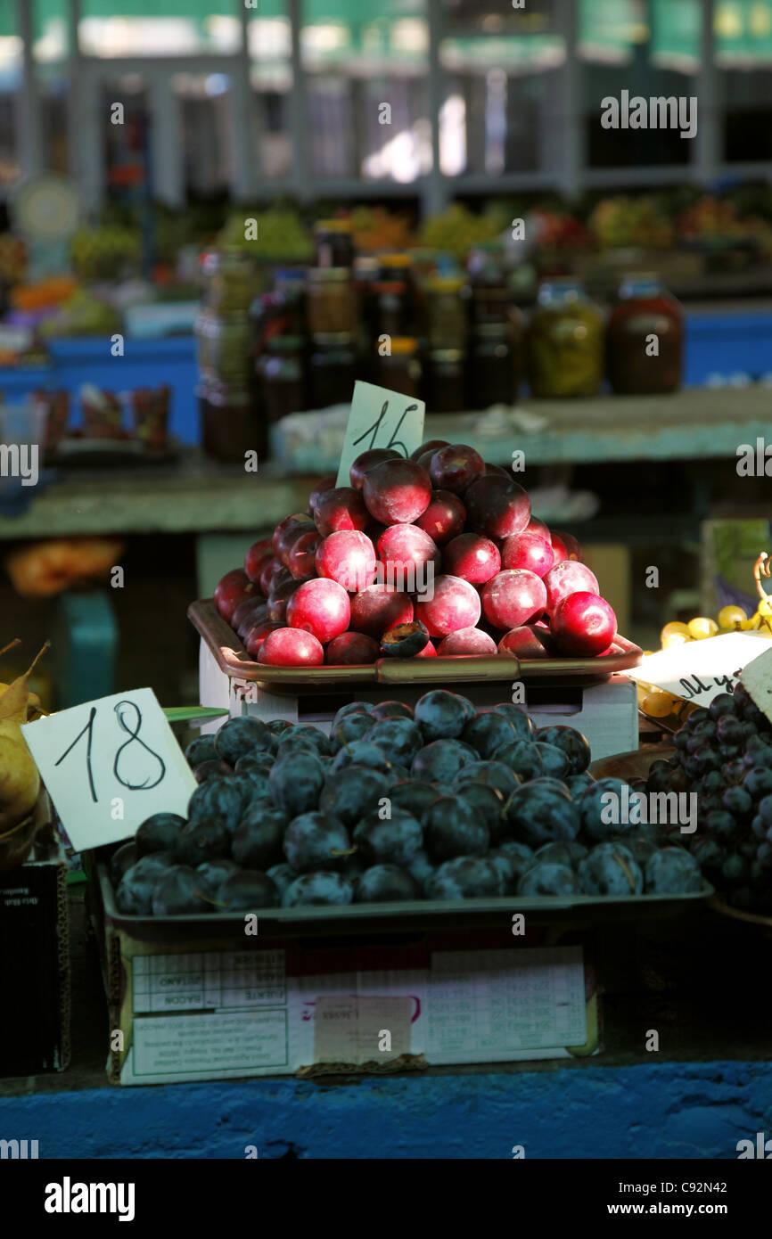 RED & BLACK PLUMS ON FRUIT STALL SEVASTOPOL CRIMEA UKRAINE 28 September 2011 Stock Photo