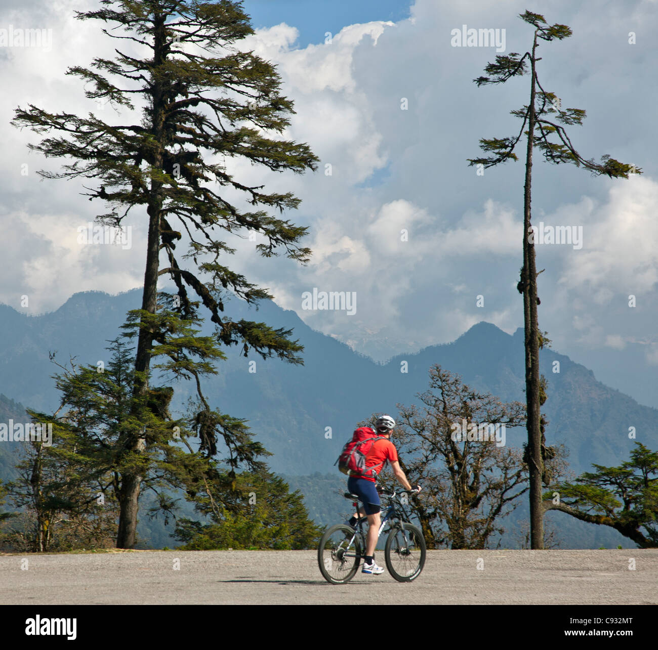 A cyclist on the 3,000-metres-high Dochu La Pass. - Stock Image