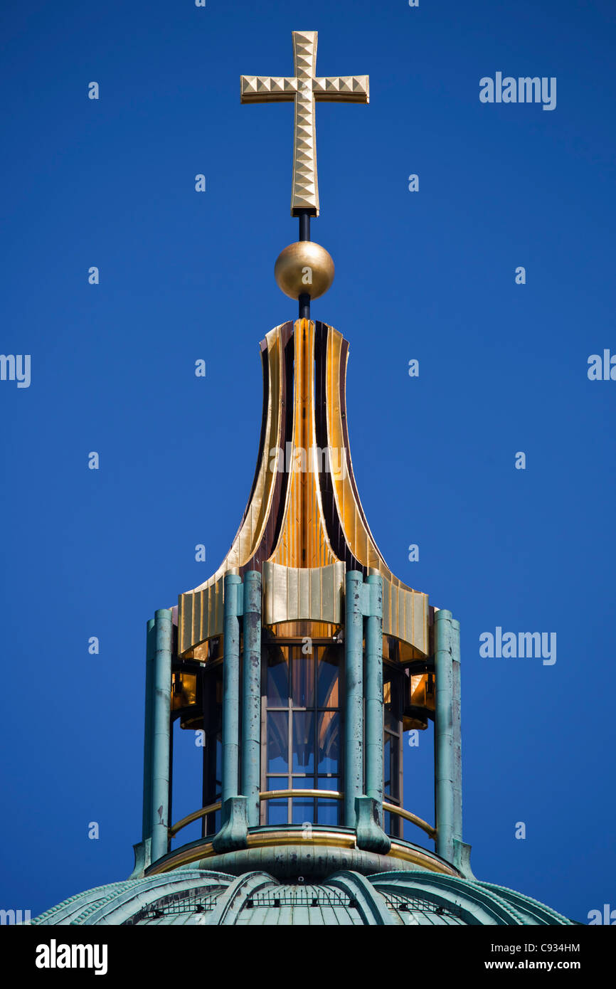 The gilded cross atop the Berliner Dom Dome, Lustplatz, Mitte, Berlin, Germany. - Stock Image