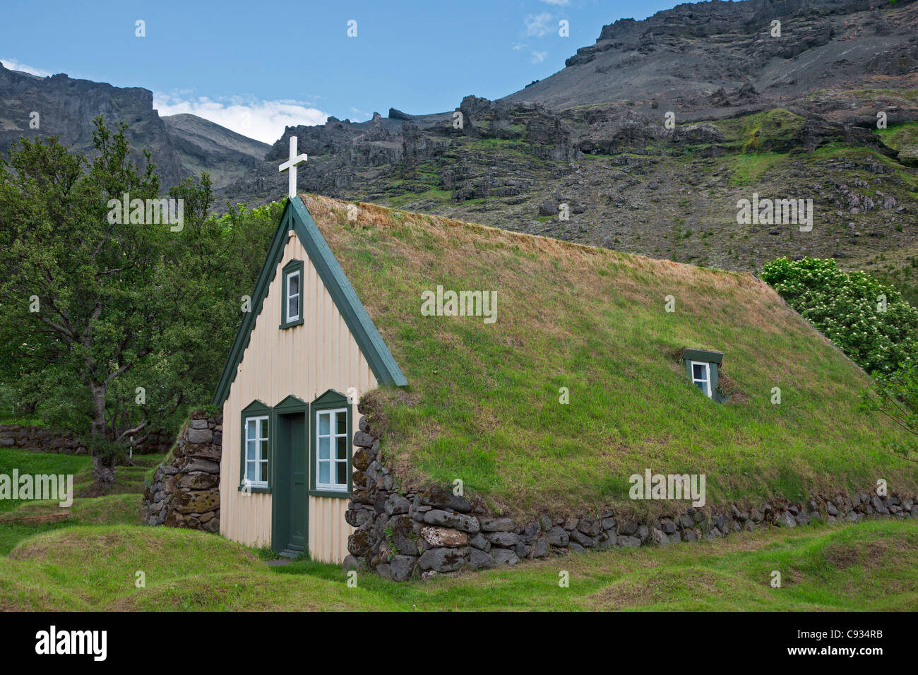 The old wood-and-peat, turf-roofed church of Hofskirkja was built in 1884. - Stock Image