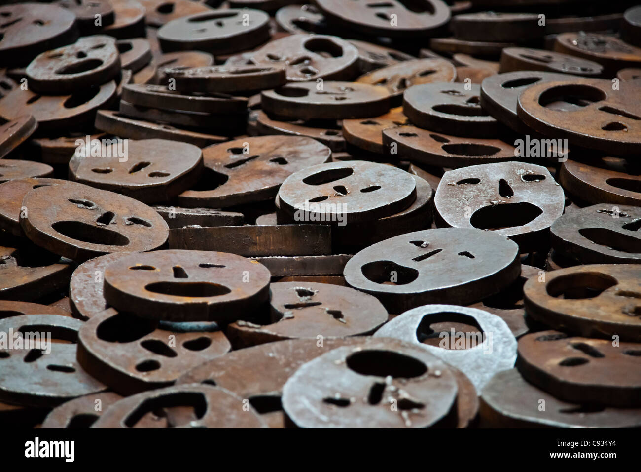 10000 open-mouthed iron plate faces cover the floor in the Jewish Museum, Berlin, Kreuzberg, Berlin, Germany. - Stock Image