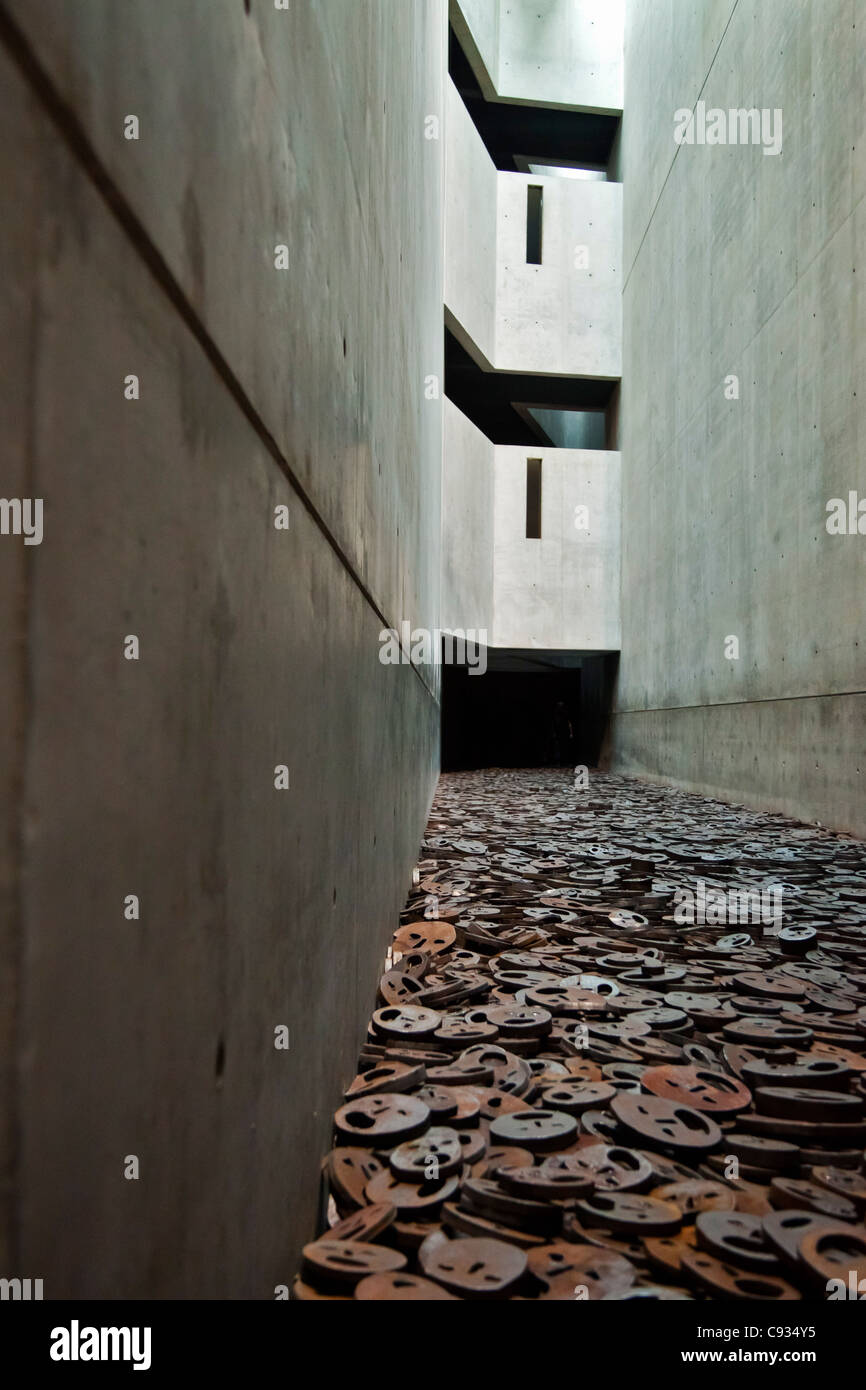 10001 open-mouthed iron plate faces cover the floor in the Jewish Museum, Berlin, Kreuzberg, Berlin, Germany. - Stock Image