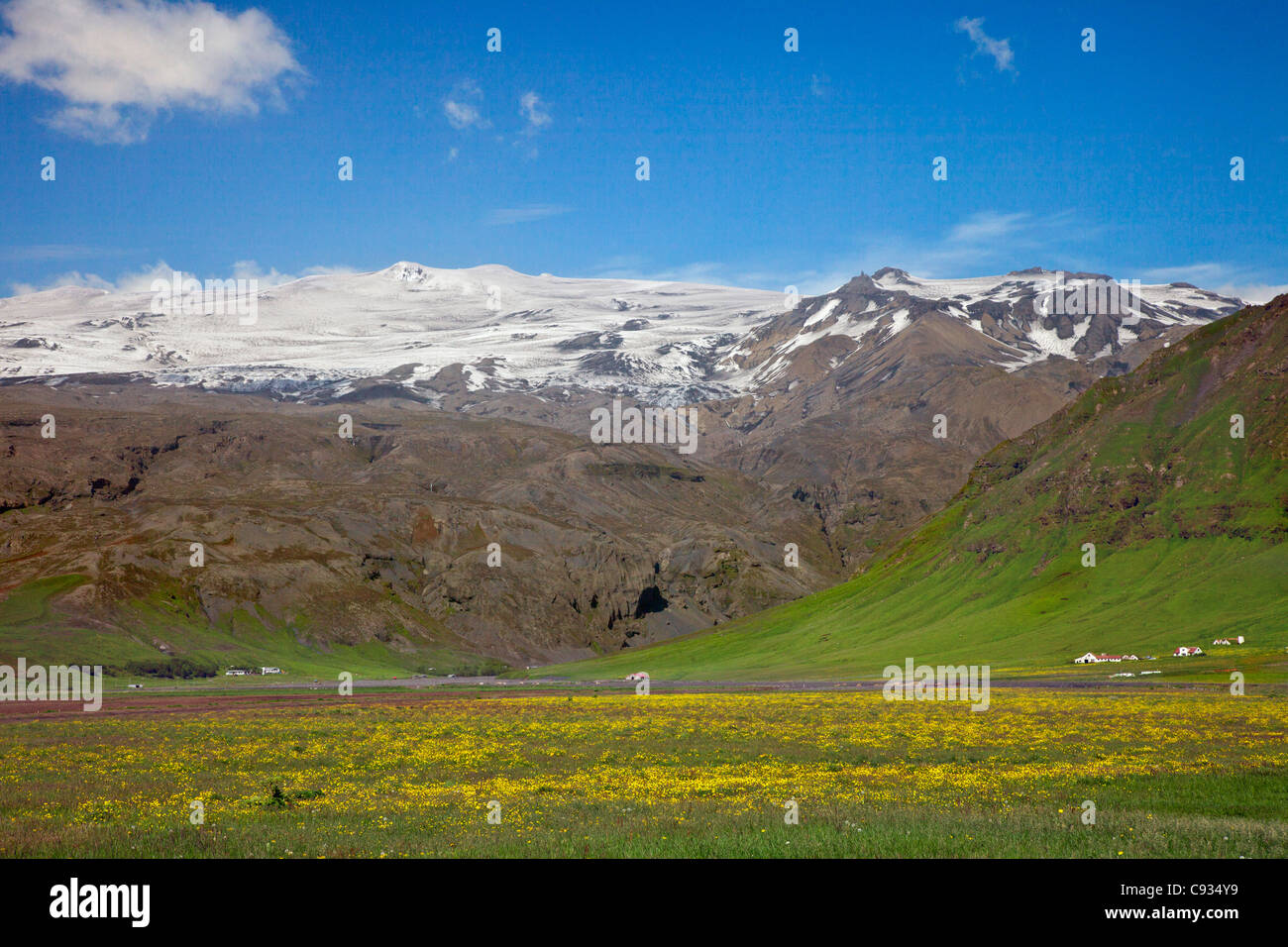 Farms in the southern foothills of Eyjafjallajokull, a stratovolcano whose ice cap covers 39 square miles. - Stock Image