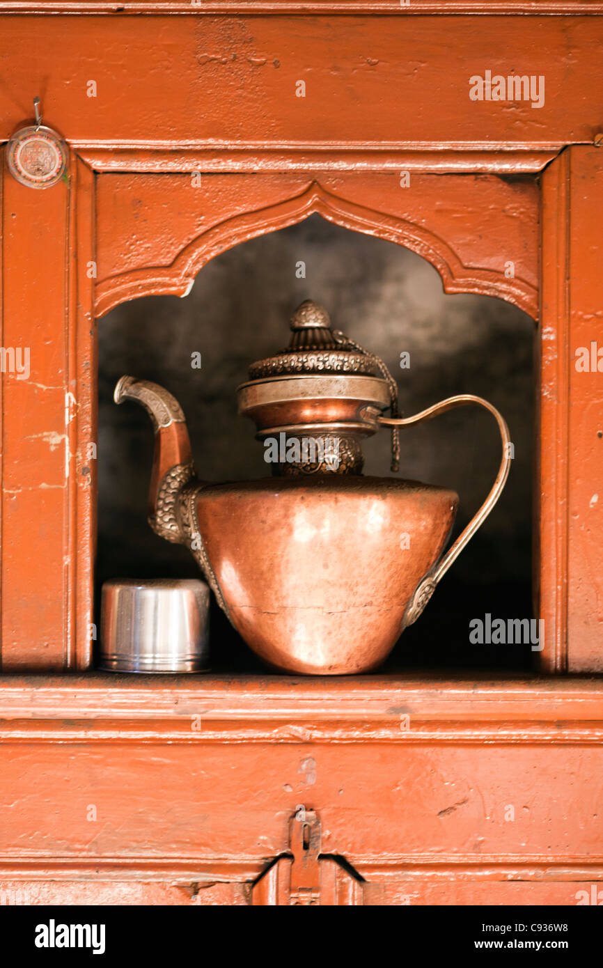India, Ladakh, Nimmu. A traditional copper teapot, in the kitchen of an aristocrat's old house. - Stock Image