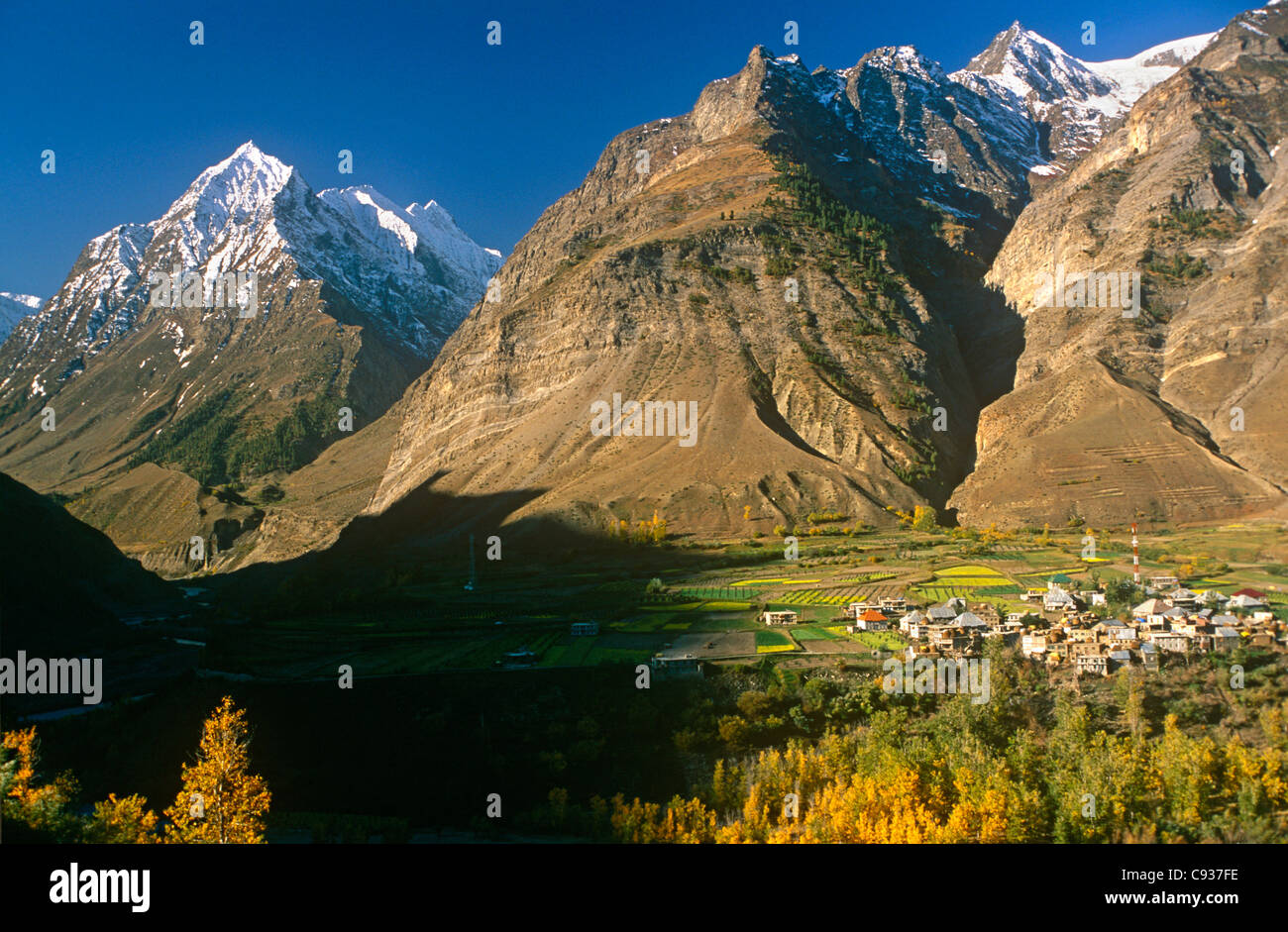 India, Himachal Pradesh, Lahaul, near Keylong. The Pattan Valley at Tandi marks the confluence of the Chandra and - Stock Image