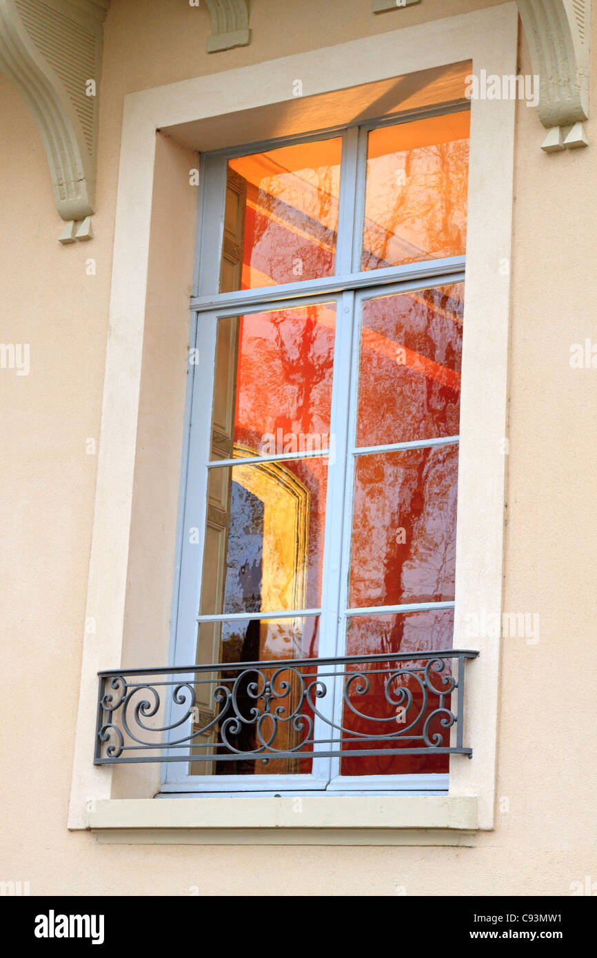 Through the window, Ile St Louis, Paris. A beautiful interior is glimpsed through the window of a historic house - Stock Image