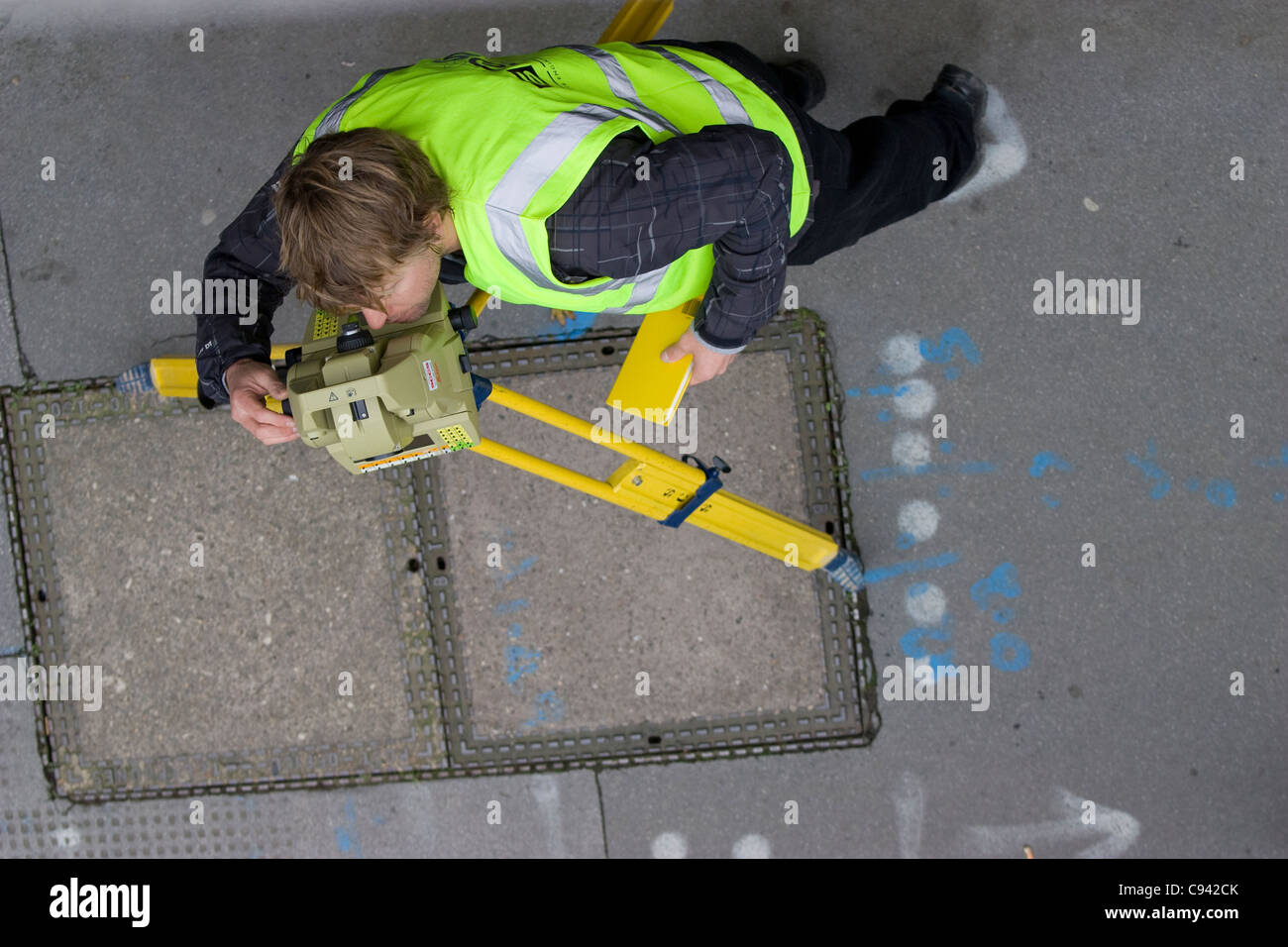 theodolite operator surveyor, surveying angles central london - Stock Image
