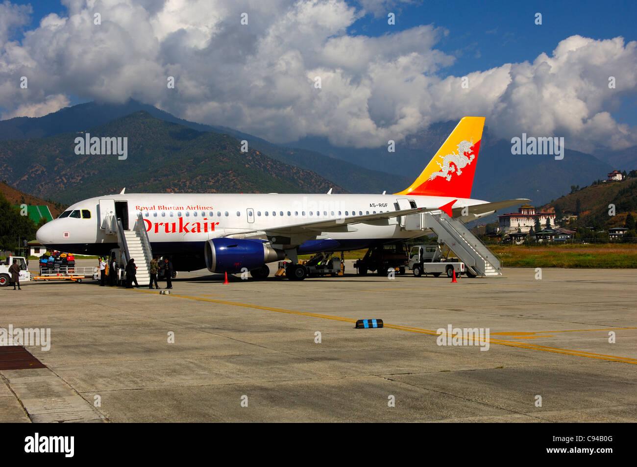 Drukair Airbus 319 arriving at Paro International Airport, Paro, Bhutan - Stock Image