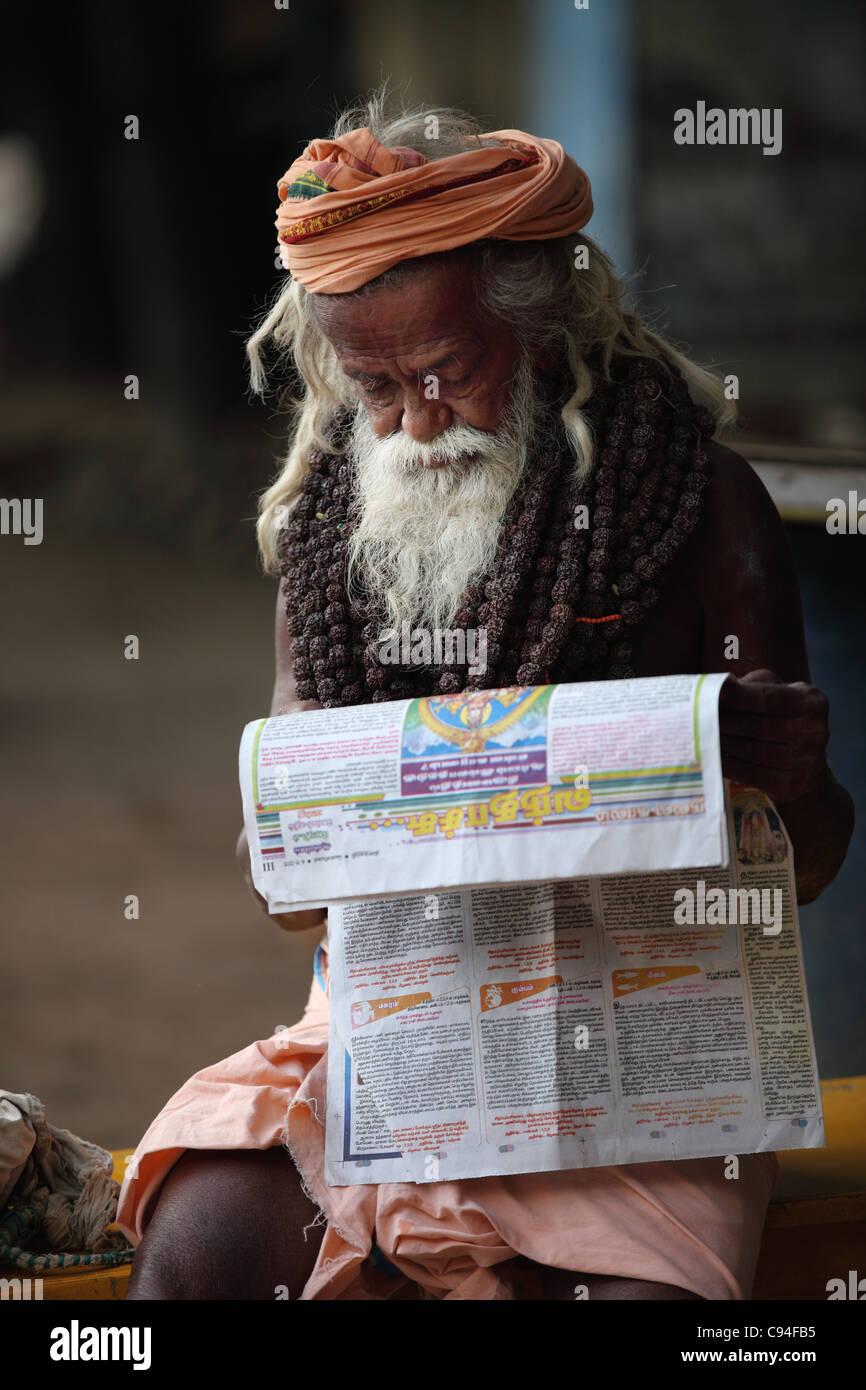 Reading Newspaper Tamil Nadu Stock Photos & Reading Newspaper Tamil
