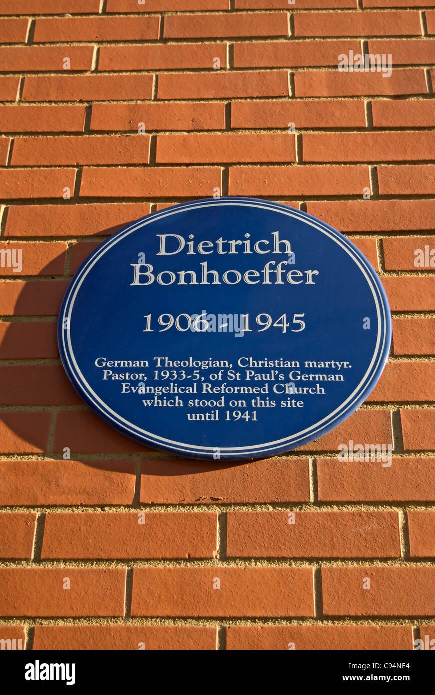 plaque to dietrich bonhoeffer, german theologian and pastor in london during the 1930s, later executed by the nazis - Stock Image