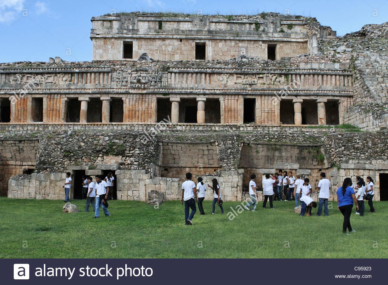 School children in front of the ruins at Sayil, Yucatan Peninsula. - Stock Image