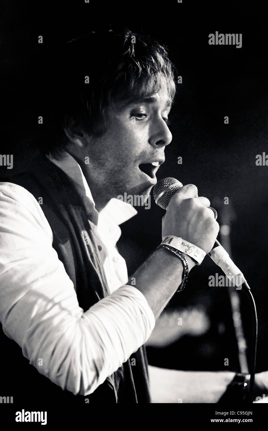 Singer Peter Grant performing live in London - Stock Image