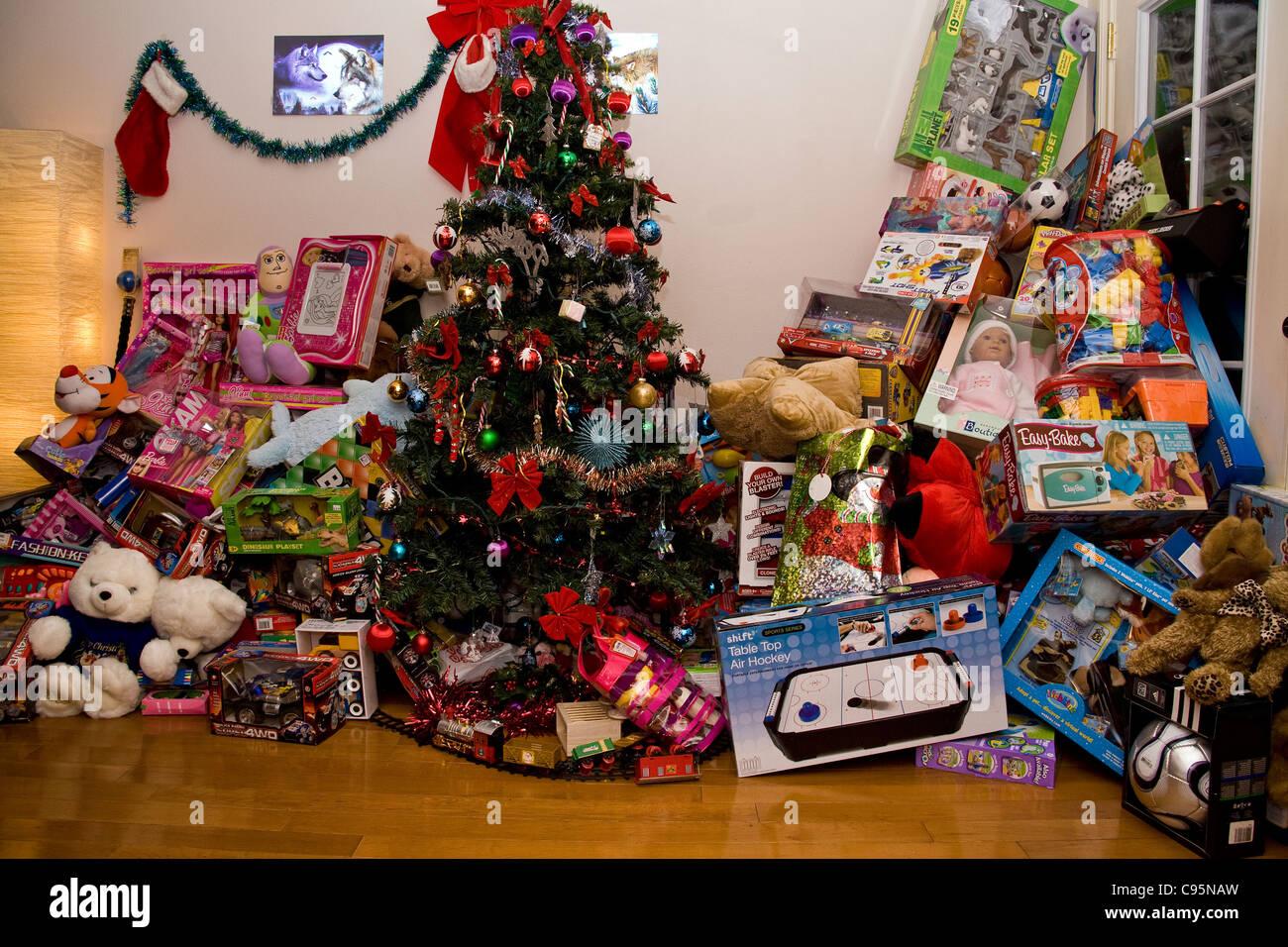 Christmas Tree, Lots Of Presents Stock Photo: 40079169