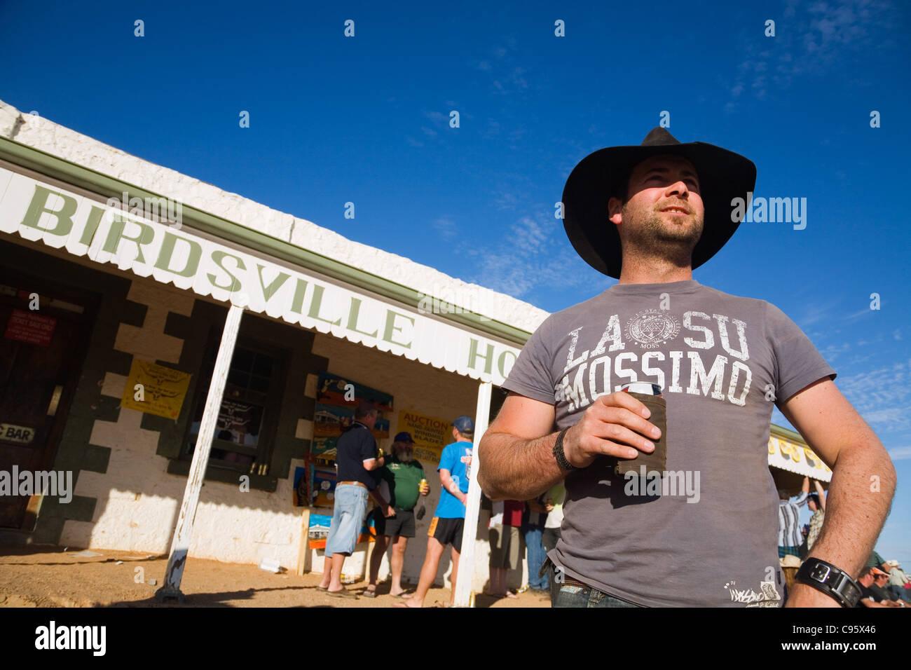 Enjoying a beer at the iconic Birdsville Hotel, during the annual Birdsville races. Birdsville, Queensland, Australia - Stock Image