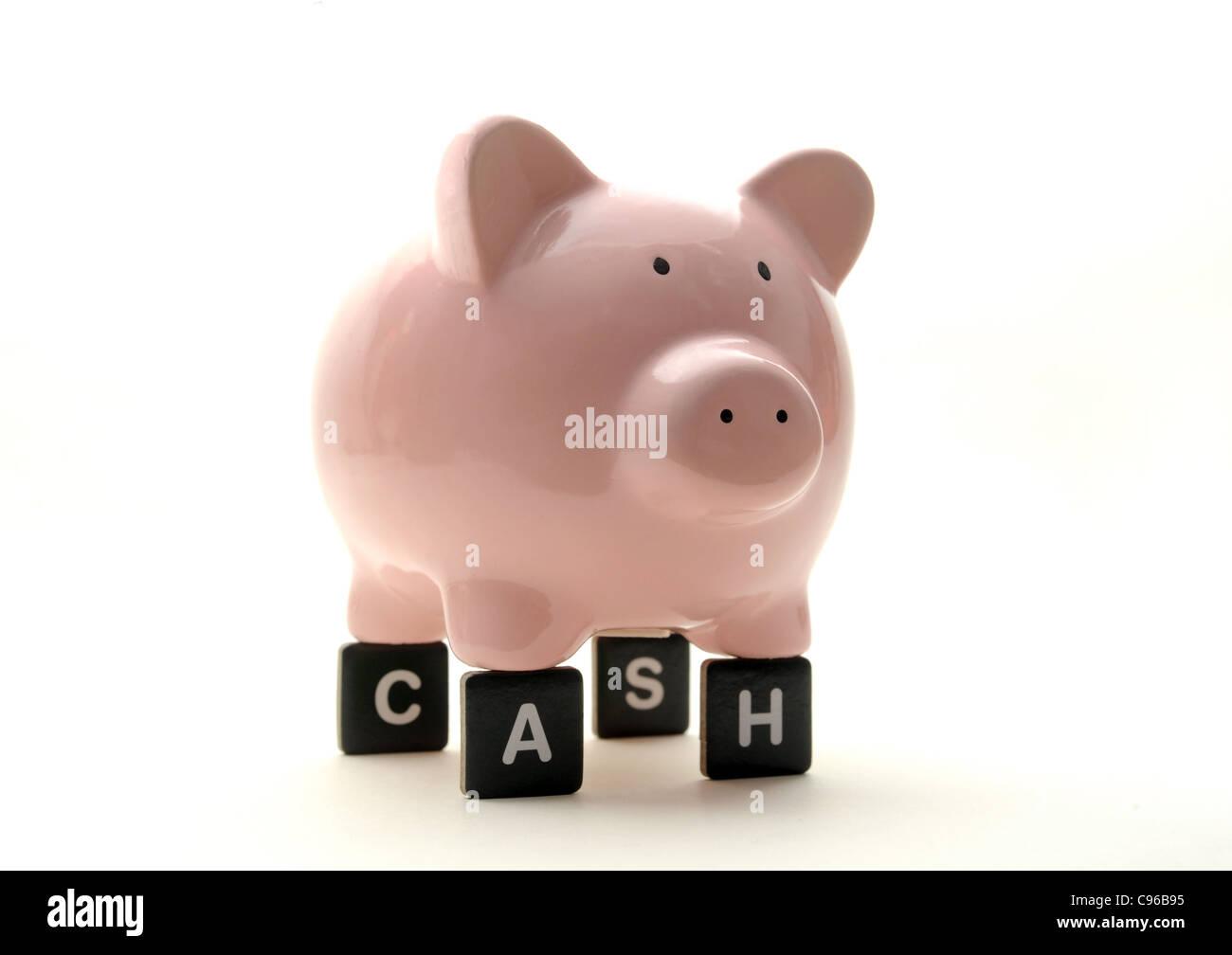 PIGGY BANK ON LETTERS SPELLING 'CASH' RE FINANCIAL CRISIS SAVINGS ECONOMY ECONOMIC DOWNTURN MONEY  BANKS - Stock Image