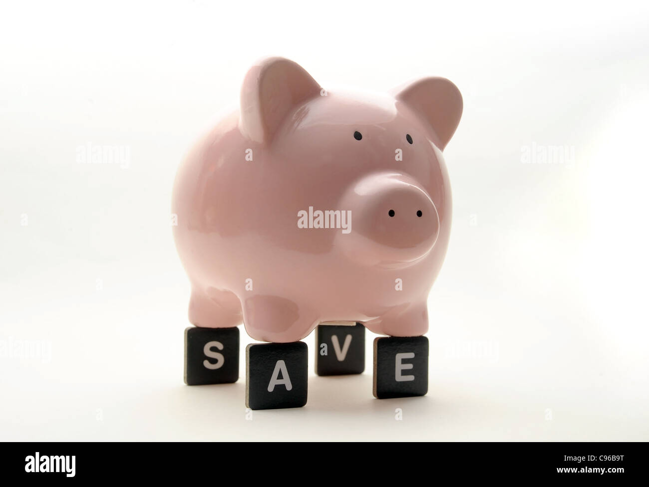 PIGGYBANK ON LETTERS SPELLING 'SAVE' RE FINANCIAL CRISIS SAVINGS ECONOMY ECONOMIC DOWNTURN MONEY  BANKS - Stock Image