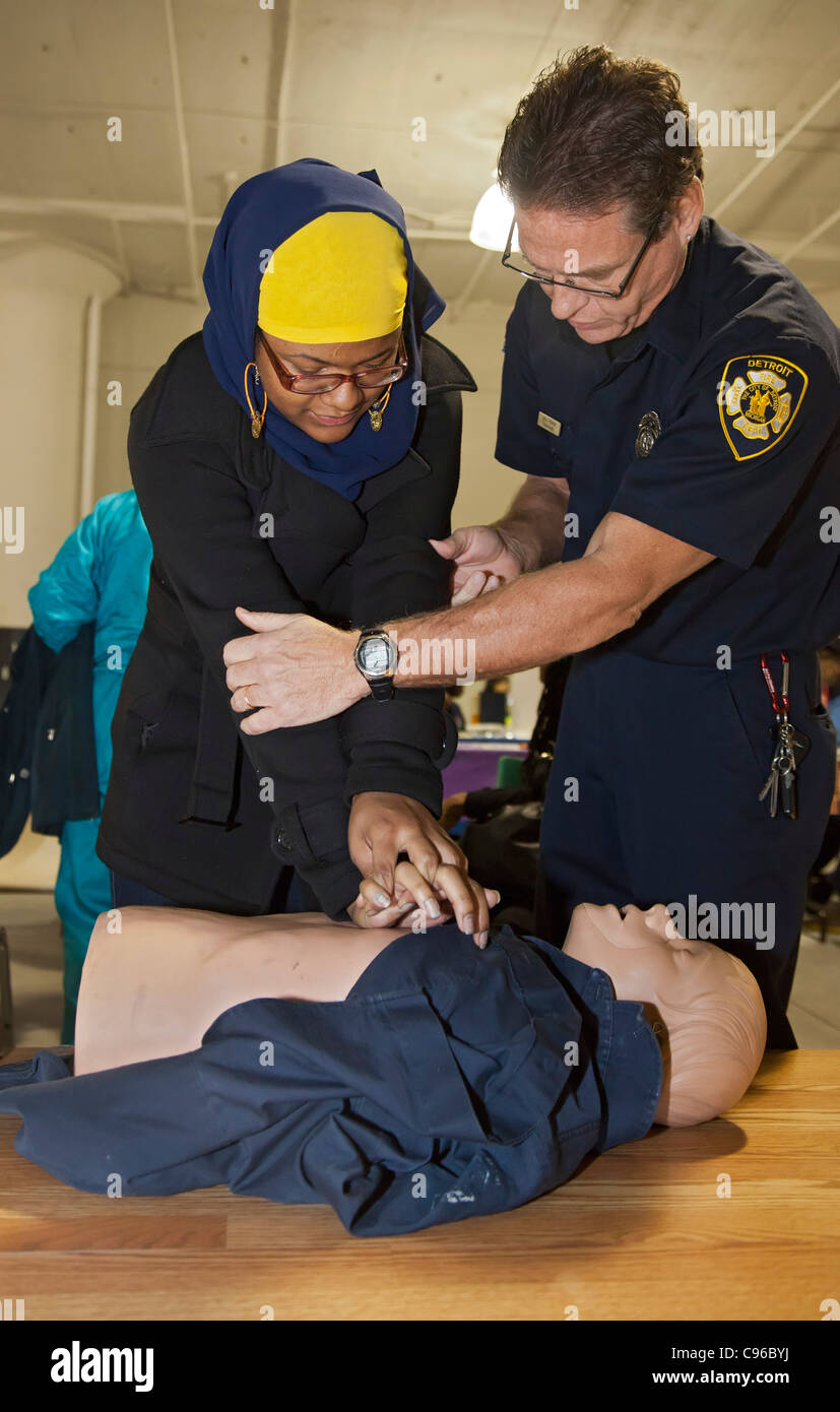 Emergency medical technician teaches CPR - Stock Image