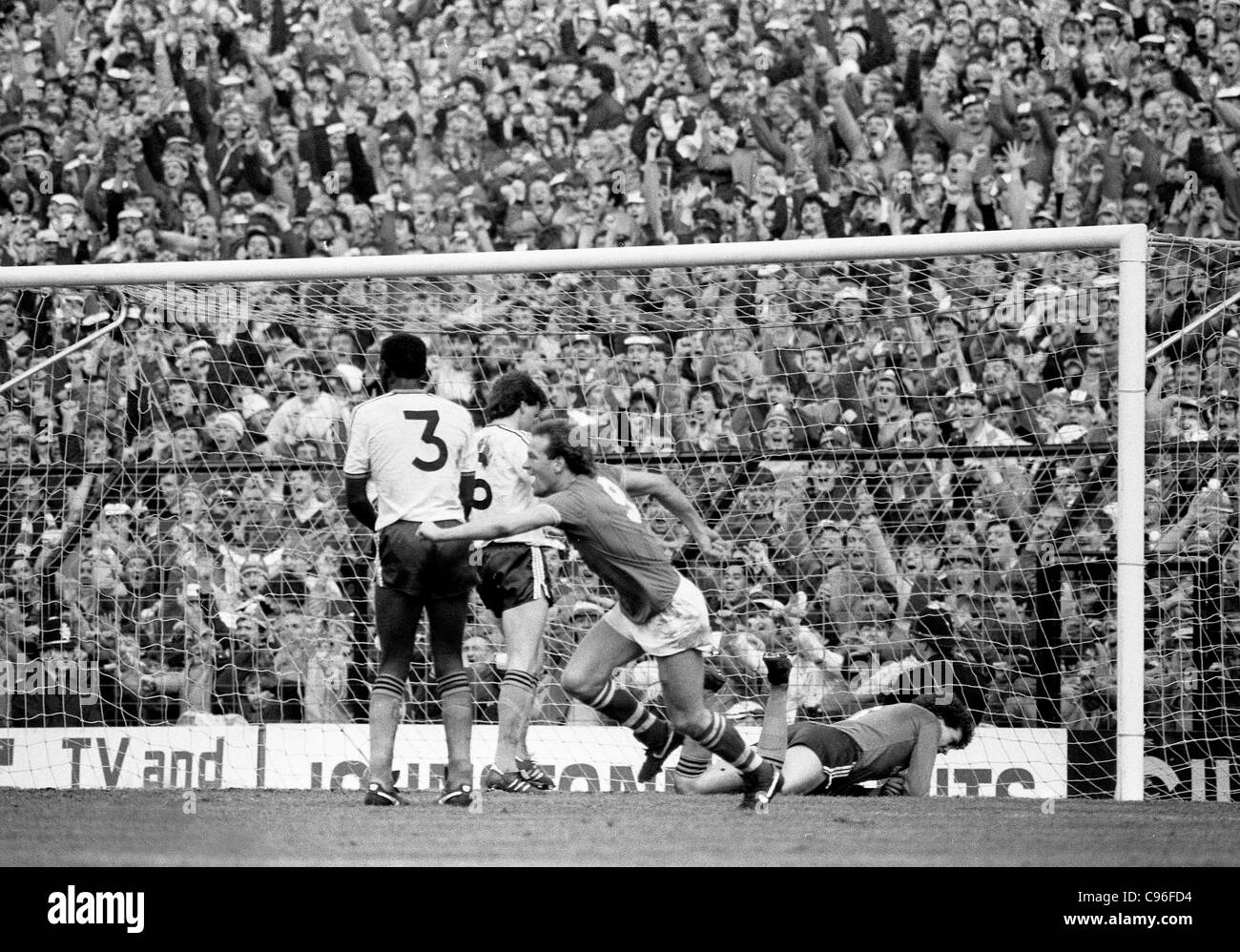 Everton V Luton Town FA Cup semi final at Villa Park 13/4/85 Andy Gray turns to celebrate Derek Mountfields winning - Stock Image