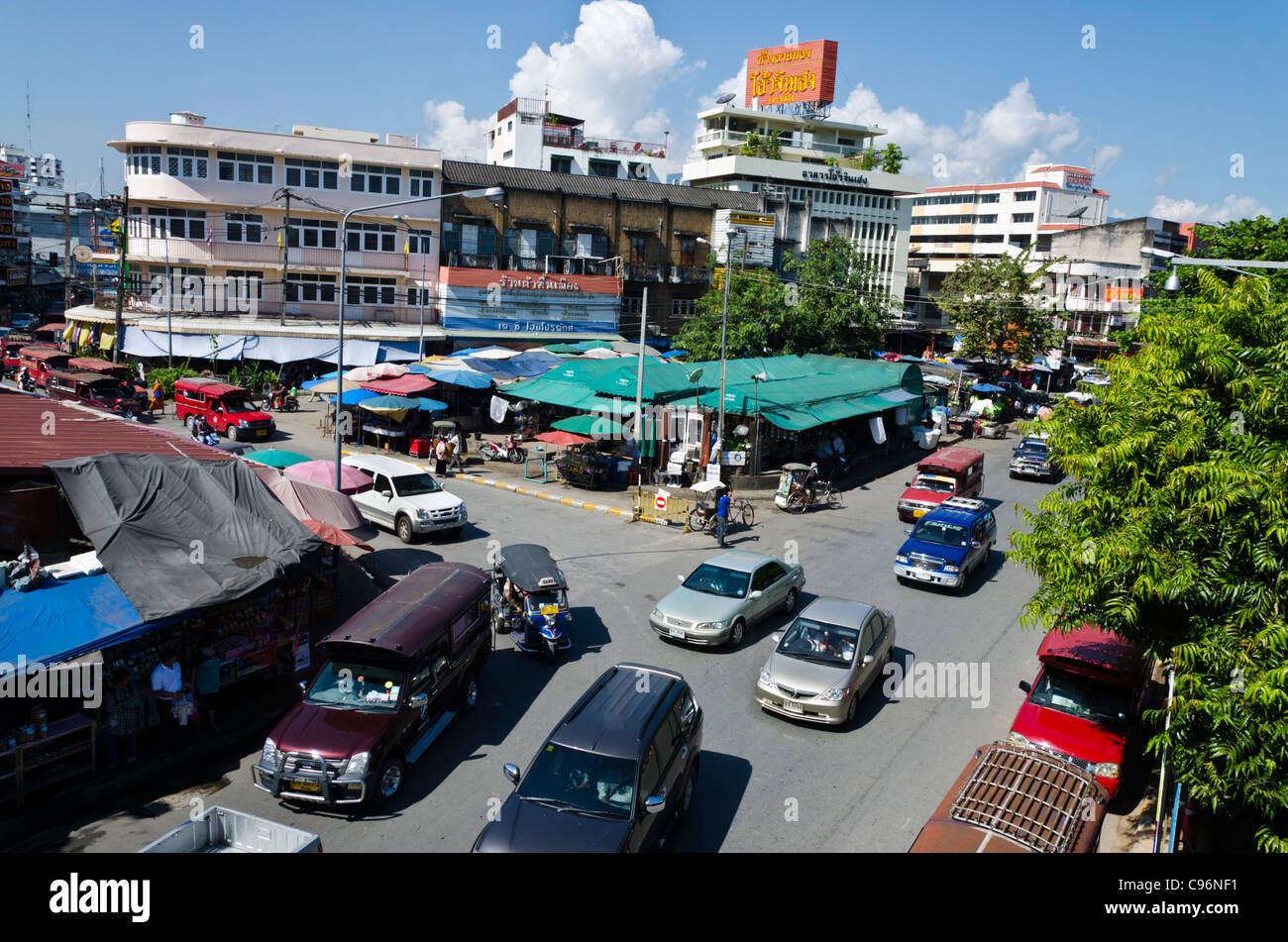Overhead view of traffic and buildings in Chiang Mai Thailand near Ping River and Wararot market - Stock Image