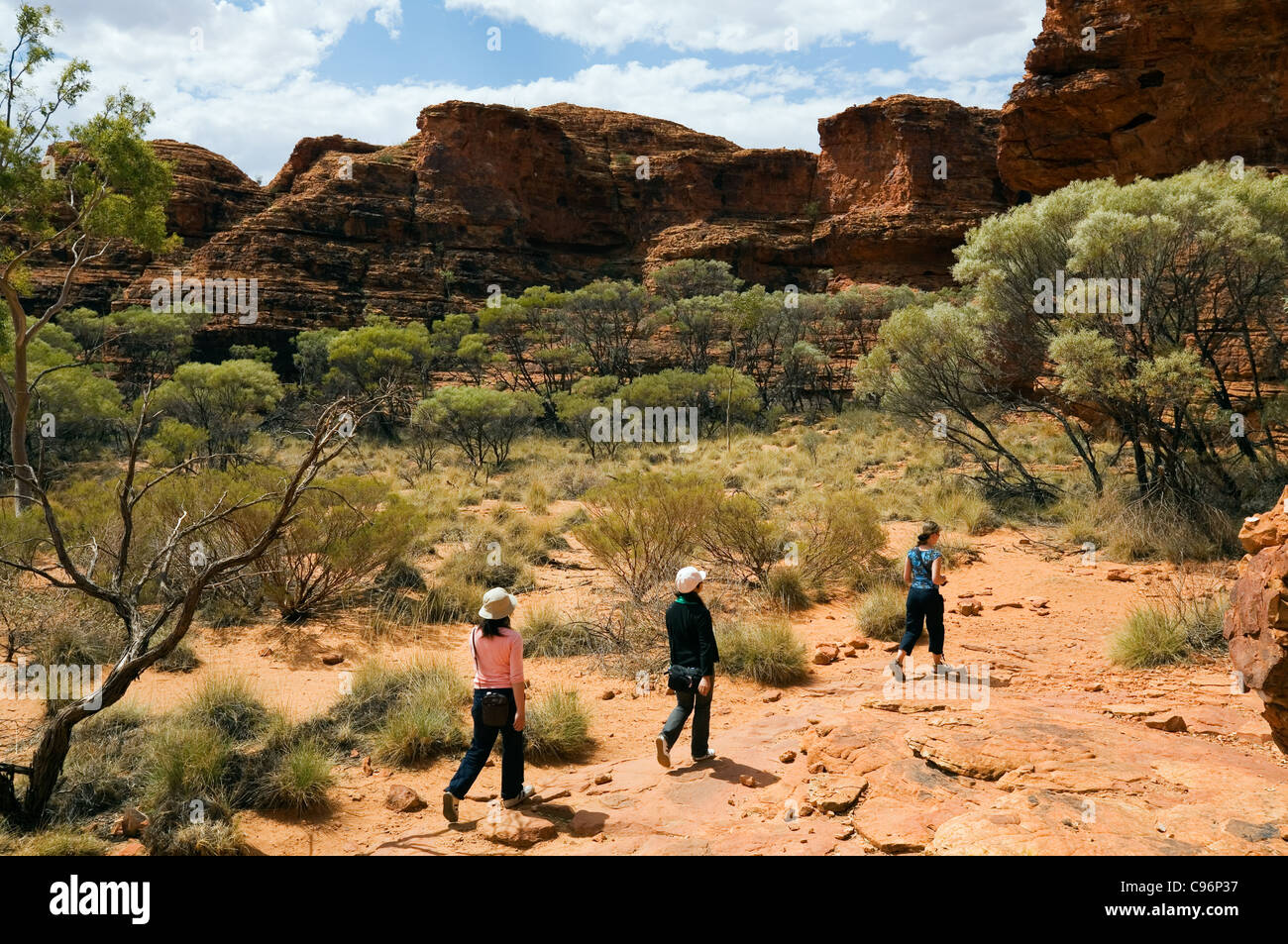 Tourists on the Kings Canyon walk. Watarrka (Kings Canyon) National Park, Northern Territory, Australia - Stock Image