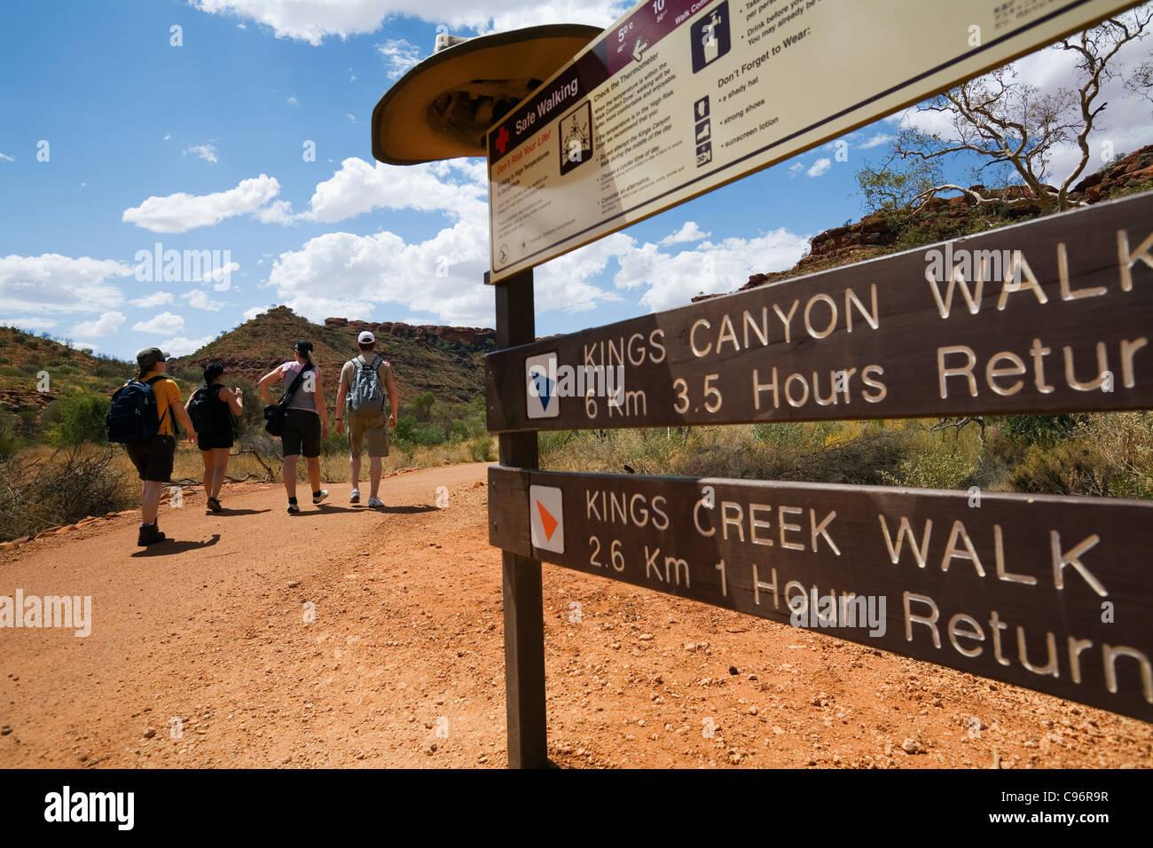 Hikers on the Kings Canyon walk.  Watarrka (Kings Canyon) National Park, Northern Territory, Australia Stock Photo