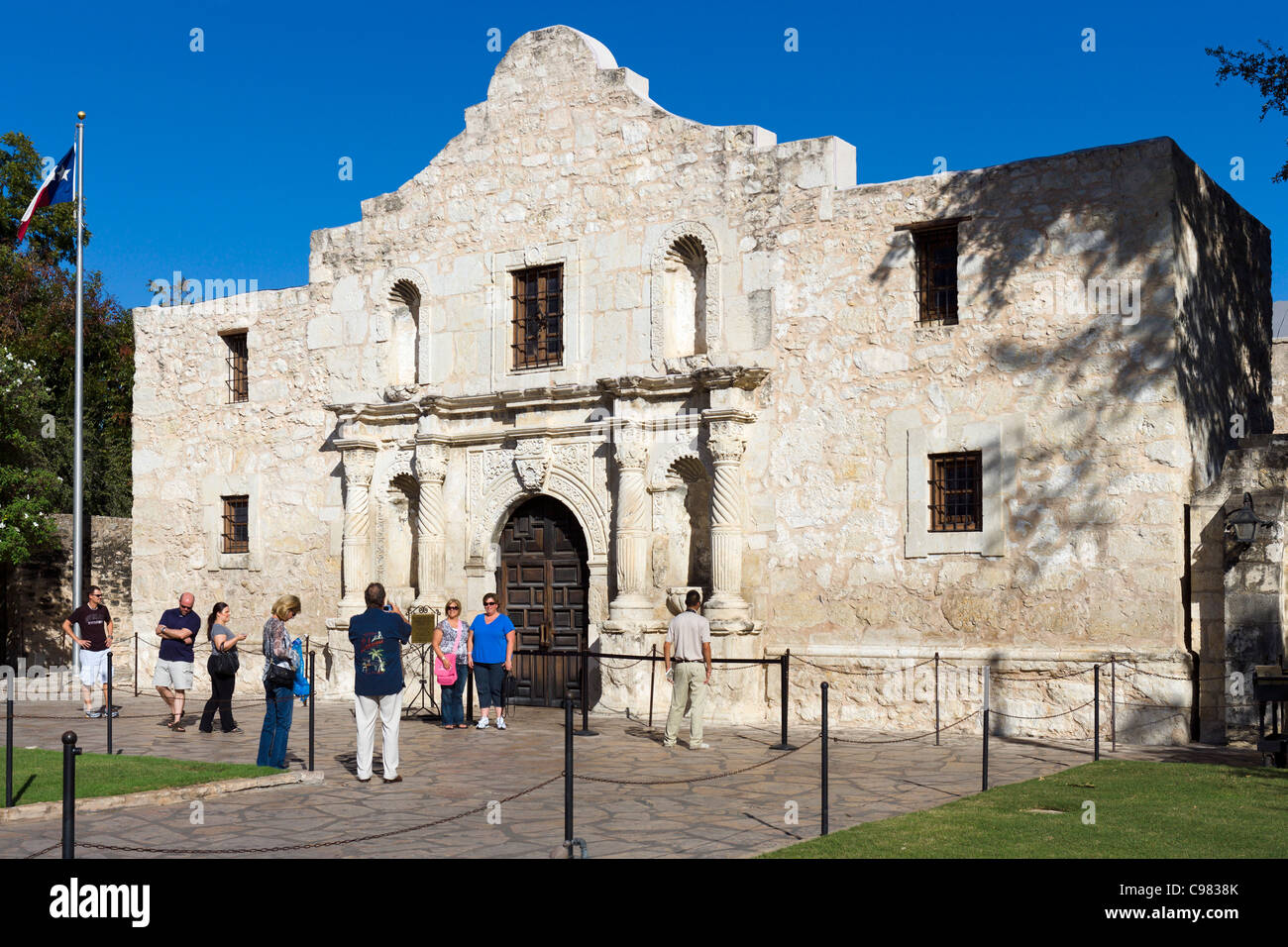 Tourists taking photographs in front of the Alamo Mission, site of the famous battle, San Antonio, Texas, USA - Stock Image