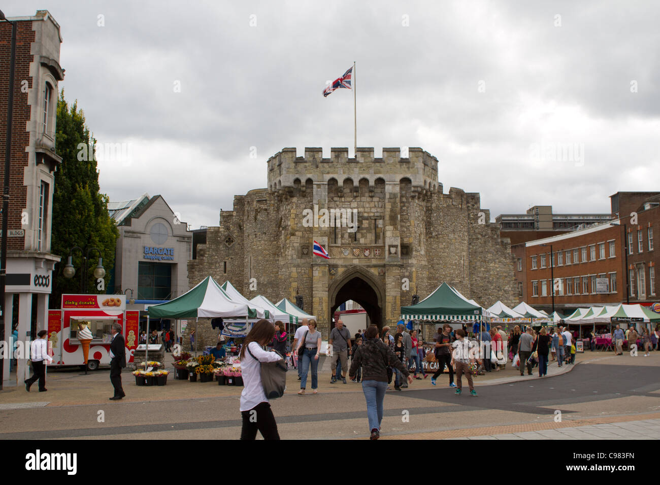 SOUTHAMPTON, UK - AUG 13: Crowd in pedestrian area of Southampton with historical Bargate in the background. - Stock Image