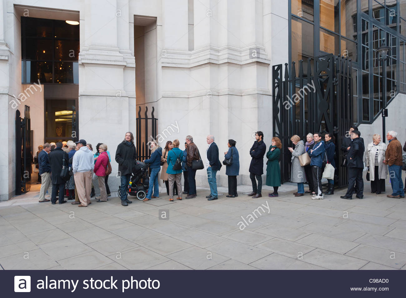 People queuing outside the National Gallery in London, England, while a popular show of Leonardo Di Vinci paintings - Stock Image