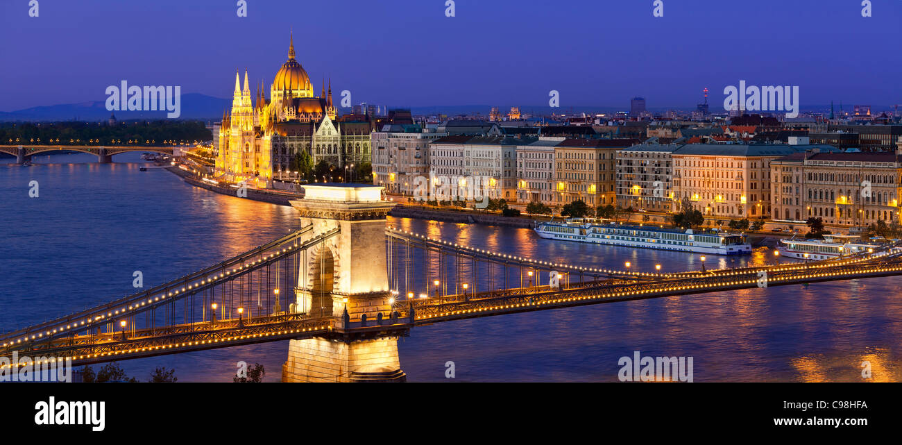 Budapest, Chain Bridge over Danube River and Hungarian Parliament Building at Dusk - Stock Image