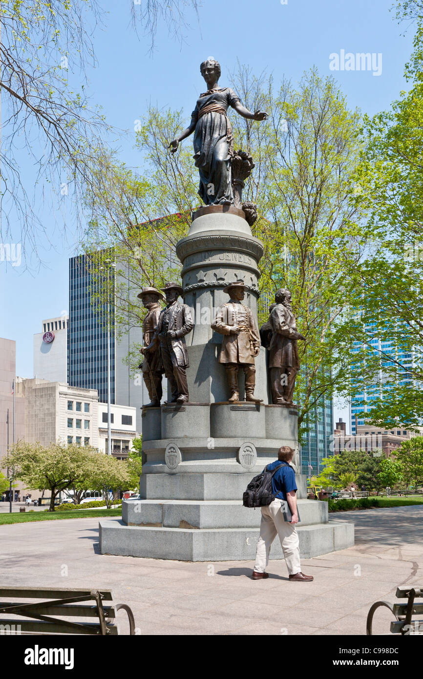 Businessman stops to look at These are my Jewels statue on the Statehouse grounds in Columbus, Ohio. - Stock Image