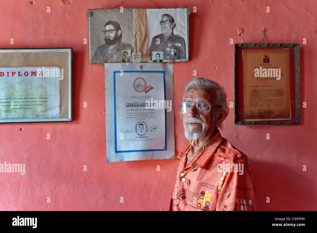 Old veteran with pictures of the revolution Camagüey Cuba - Stock Image