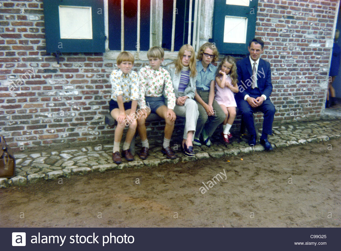 father with five children in front of a an old restored farmhouse 1960s Holland - Stock Image