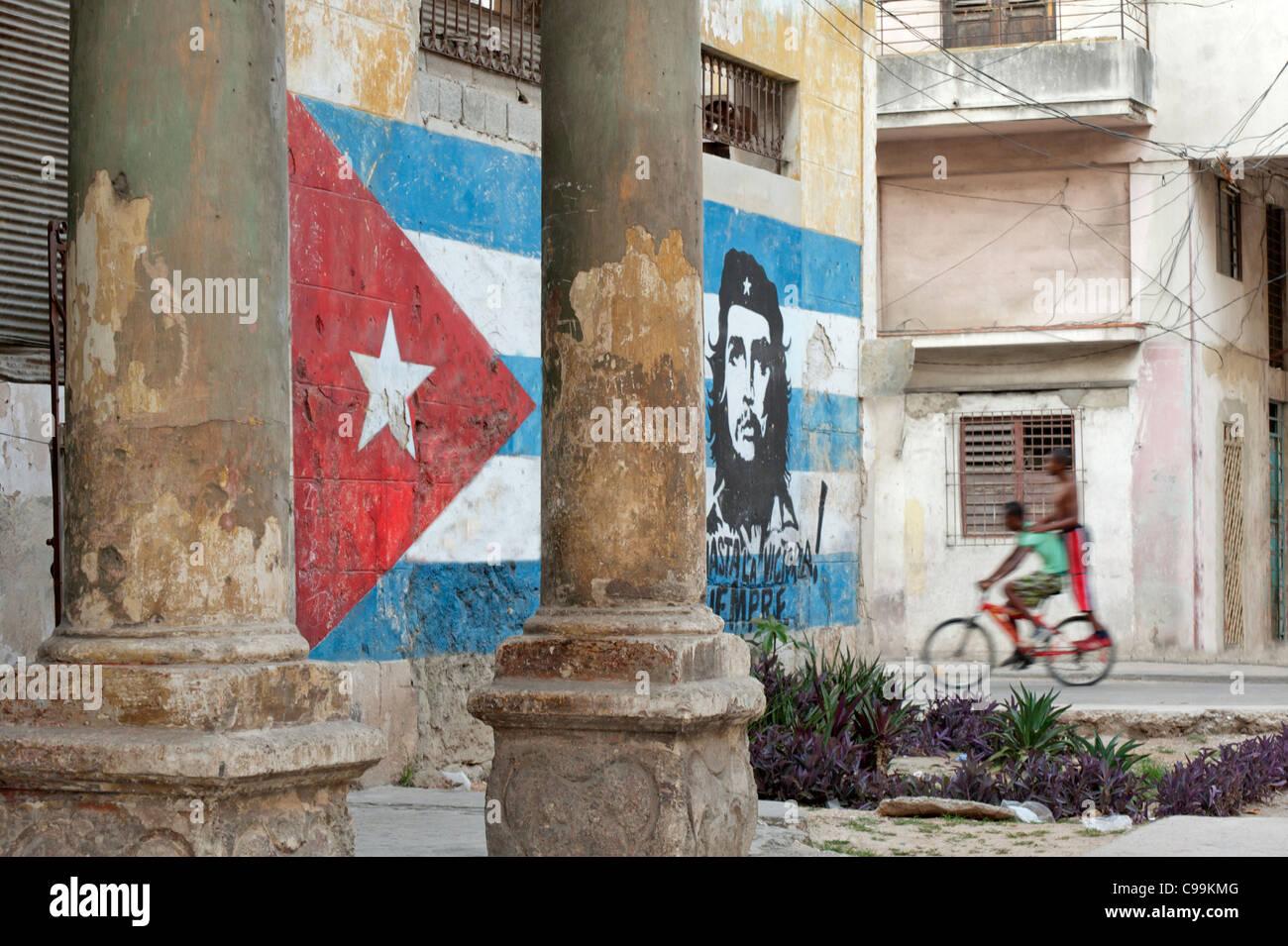 Mural of Cuban flag and Che Guevara Old Havana Cuba - Stock Image
