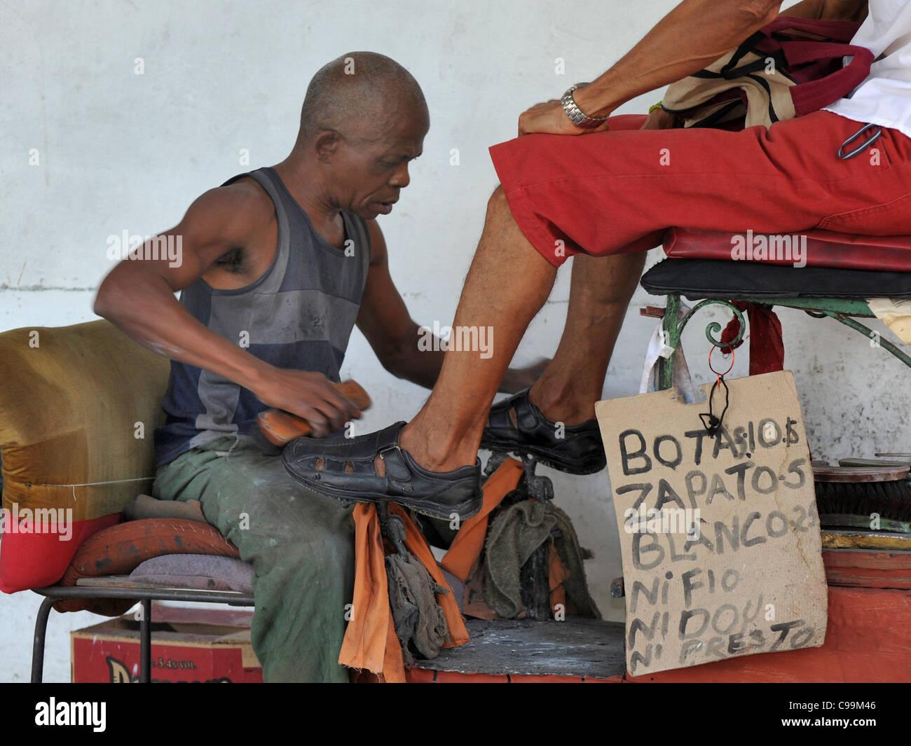 Shoe shine man Old Havana Cuba - Stock Image