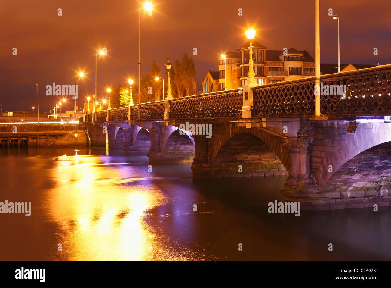 United Kingdom, Ireland, Northern Ireland, West Belfast, Queen's bridge with Lagan river at night - Stock Image