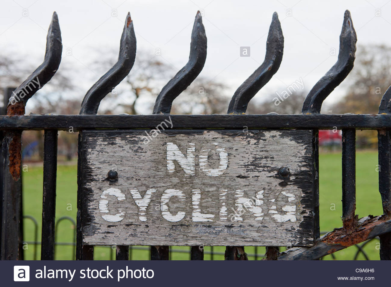 No Cycling sign Worn and faded Highfields Park, Beeston, Nottingham - Stock Image