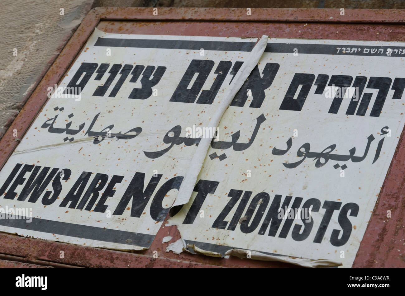 poster in hebrew in the street. Jews are not zionists. mea shearim. israel - Stock Image