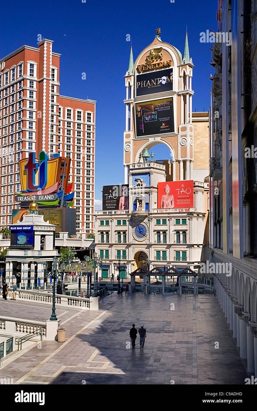 USA, Nevada, Las Vegas, The Strip, entrance to the Venetian hotel and casino. - Stock Image