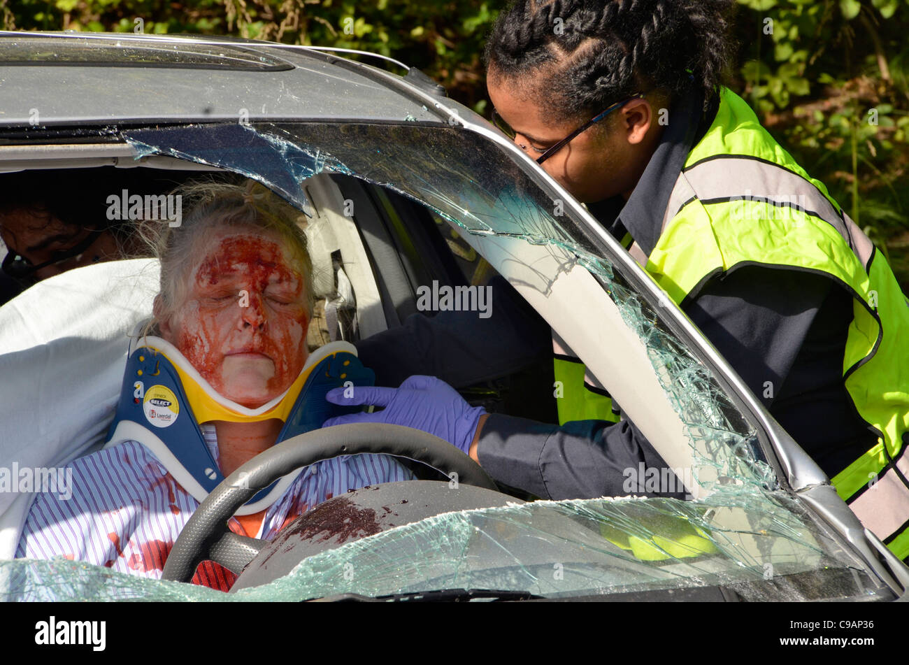 medic comforts injured woman in a auto accident in Glendale, Maryland - Stock Image