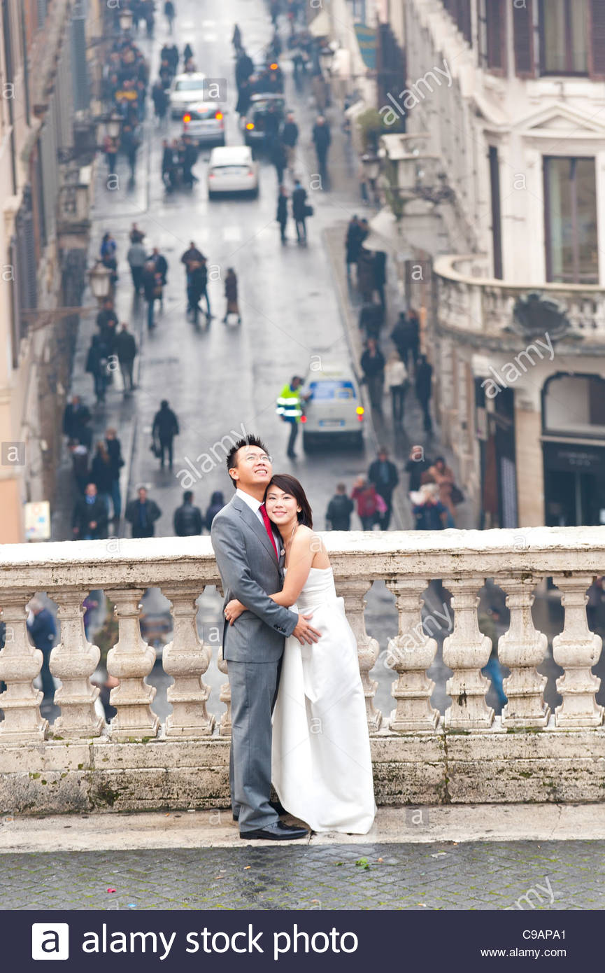 Newlyweds standing on the terrace by the Spanish steps - Stock Image