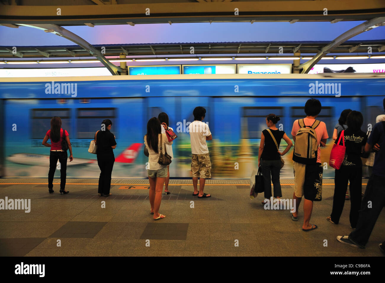 Passengers waiting for the sky train at BTS Siam Square station, Siam Square, Bangkok, Thailand - Stock Image