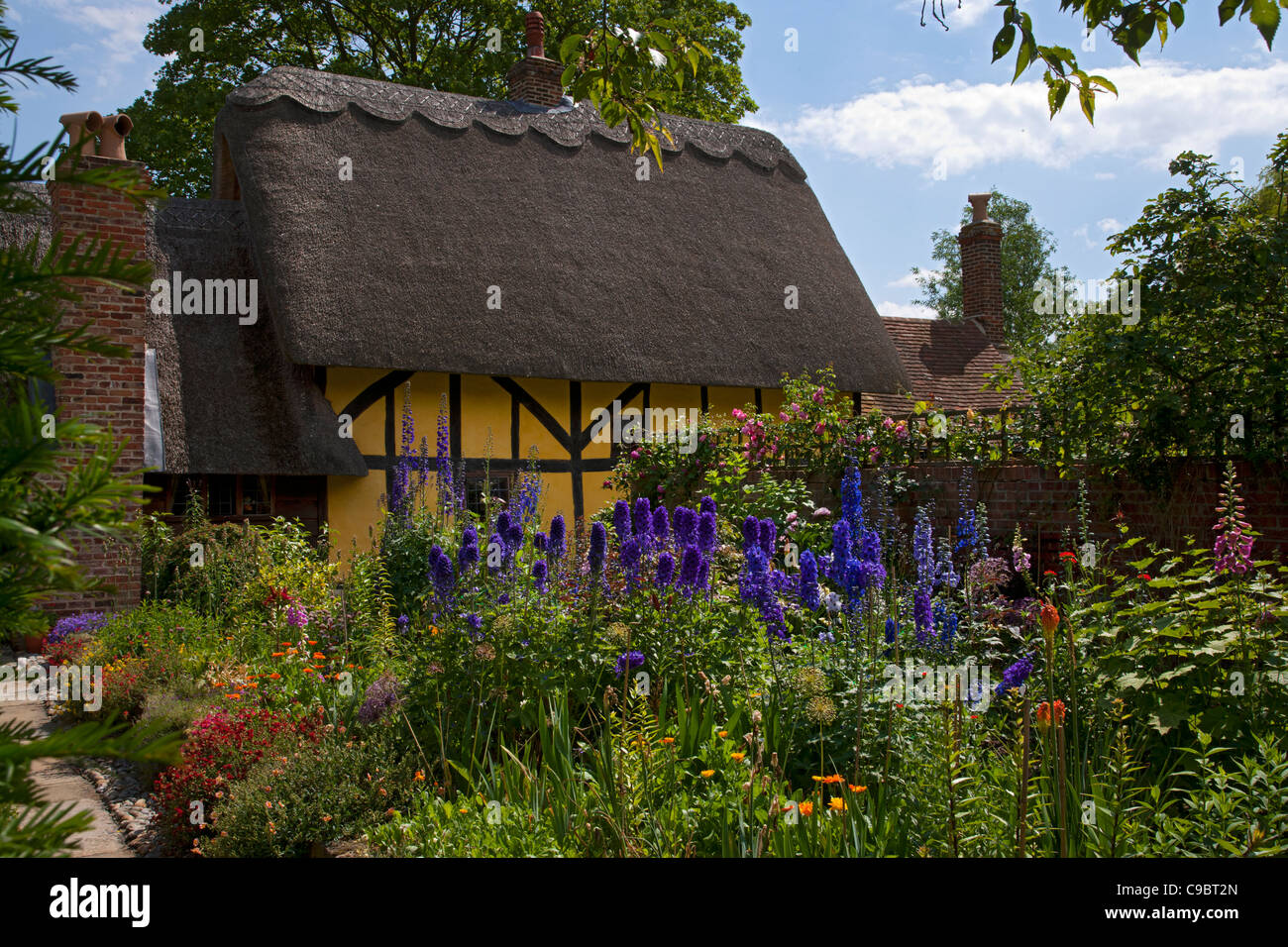 Groovy Classic Summer English Cottage Garden With Herbaceous Border Download Free Architecture Designs Viewormadebymaigaardcom