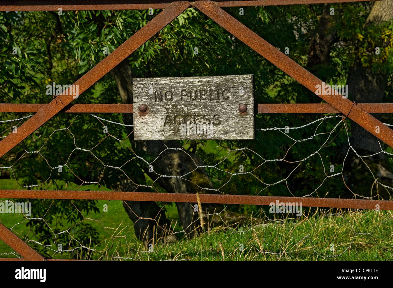 No public access sign on rusty metal gate North Yorkshire England UK United Kingdom GB Great Britain - Stock Image